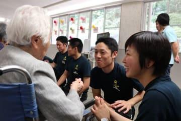 入所者と交流する警察学校の学生=長崎市、特別養護老人ホーム「長崎の家」