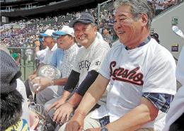50年前の仙台商のユニホーム姿で開会式を見詰める八重樫さん(右)