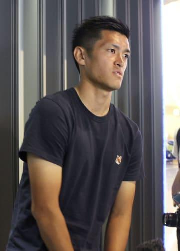 ベルギー出発前に成田空港で取材に応じるサッカー日本代表DFの植田直通=15日