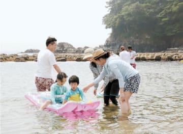 浅瀬で水遊びを楽しむ子どもら