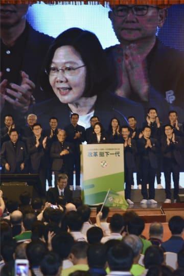 15日、台北市内で開かれた台湾の与党、民主進歩党の党大会で演説する蔡英文総統(共同)