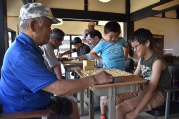 「桜将会」で将棋を習う小学生=桜川市真壁町田
