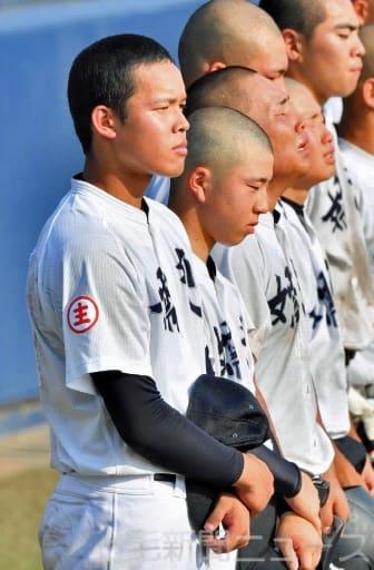 試合終了後、まっすぐ前を見つめ伊勢崎工の校歌を聞く勝俣主将=上毛新聞敷島