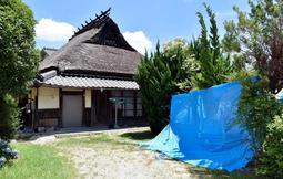 竹島叶実被告が住んでいた民家。周辺住民によると人けはなく、事件当時に警察が使ったとみられるビニールシートも残る=神戸市北区有野町