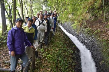 雨の中、十石堀周辺の草刈り作業に集まった十石堀維持管理協議会のメンバー=6月10日、北茨城市中郷町地内
