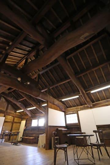 旧主屋2階のひときわ目をひく巨大な松の木の梁(はり)。鮫島さんによると、建築水準の高さ、当時の中村家の豊かさを物語るという