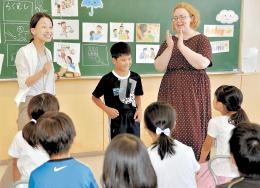 遊びに誘う英会話表現を学んだ富沢小4年3組の外国語活動の授業。新学習指導要領の先行実施が県内でも始まっている=6月29日、仙台市太白区