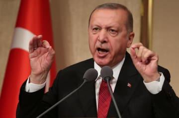 15日、トルコ・アンカラで開かれた追悼行事で演説するエルドアン大統領(ロイター=共同)