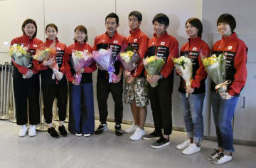 成田空港に帰国したバドミントン日本代表。左から3人目は奥原希望=16日午前