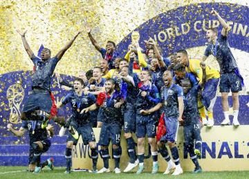 サッカーW杯ロシア大会でクロアチアを破って2度目の世界一に輝き、喜びを爆発させるポグバ(左端)らフランスイレブン=15日、モスクワ(共同)