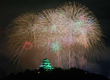 夏の夜空を彩る大輪の花火。下は唐津城=15日夜、唐津市(撮影・米倉義房)