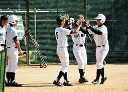 本塁打を打ち、チームメートからハイタッチで迎え入れられる3年生の主将、高地将太郎さん(右)=神戸市西区伊川谷町長坂、長坂中学校