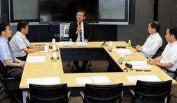 再調査委員会の委員長に就任し、あいさつする吉田圭吾神戸大大学院教授(中央)=16日午前、神戸市役所