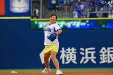 始球式を行った吉田弓美子(撮影:ALBA)