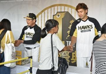 西日本豪雨の被災地支援のための募金活動をするソフトバンクの柳田(右)と工藤監督=ヤフオクドーム