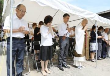 遺族の下條修さん(左)らが犠牲者の冥福を祈った慰霊法要=16日、柏崎市番神2