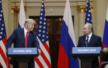 16日、フィンランド・ヘルシンキで記者会見するトランプ米大統領(左)とロシアのプーチン大統領(AP=共同)