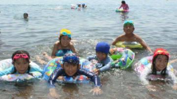 初泳ぎを楽しむ子どもたち=16日、別府市の関の江海水浴場