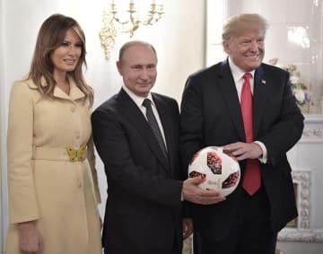 サッカーボールを手にするロシアのプーチン大統領(中央)、トランプ米大統領(右)とメラニア夫人=16日、ヘルシンキ(AP=共同)