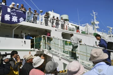歯舞群島・多楽島に向けて、「北方領土墓参」に出発する元島民ら=17日午前、北海道・根室港
