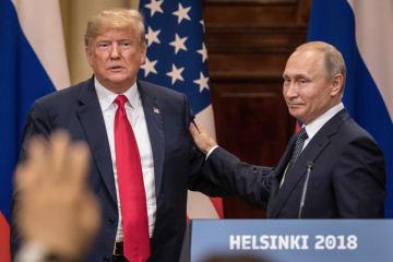 16日、フィンランド・ヘルシンキでの会談後に共同記者会見に臨んだトランプ米大統領(左)とロシアのプーチン大統領(ゲッティ=共同)