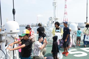 巡視船ひたちに乗船し航海を楽しむ参加者=鹿島港