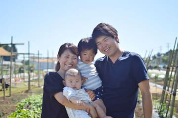 「ごきげんファーム」代表の伊藤文弥さん。ご家族と
