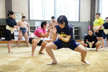 真剣なまなざしで、土俵上をすり足で進む立命館大の女子相撲選手(京都市北区・立命館大第2尚友館)