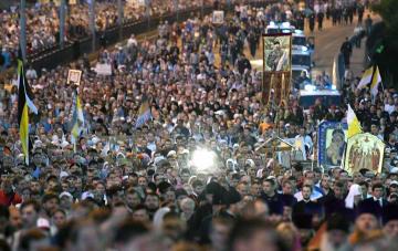 17日、ロシア中部エカテリンブルクで、追悼行進をするロシア正教の信者ら(タス=共同)