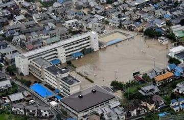 グラウンドに土砂が流れ込んだ広島市立矢野小=8日、広島市安芸区(共同通信社ヘリから)