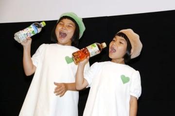 劇場版アニメ「未来のミライ」やさしい試写会に登場したグリーンダカラちゃん(左)とムギちゃん
