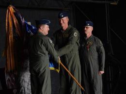 部隊旗を受け取り、新司令官に就いたストルービ大佐(中央)