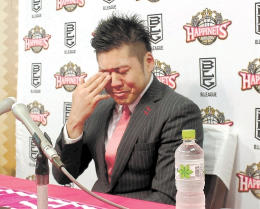 ファンやチームへの思いを語り、涙する田口選手