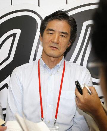 報道陣の質問に答えるロッテの山室晋也球団社長=17日午後、千葉市のZOZOマリンスタジアム