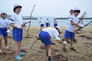 大野海岸の海開きに向けて海岸を清掃する広田小の児童