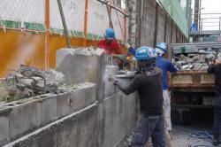 京都府立洛北高・同高付属中のブロック塀を撤去する業者ら(11日、京都市左京区)