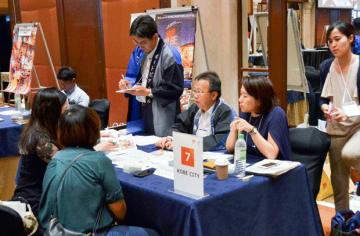 マレーシアの旅行代理店関係者らにアピールする出展者たち=17日、クアラルンプール(NNA撮影)