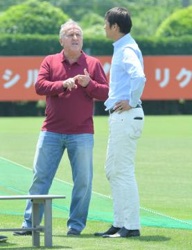 J1鹿島のテクニカルディレクターに就任するジーコ氏(左)=5月11日、クラブハウスグラウンド