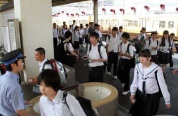 11日ぶりに柳井駅に到着した列車(奥)を降りて、改札を通る高校生たち