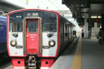 ダイヤの見直しに伴い、乗り継ぎが便利になった幸崎行き普通列車=17日、大分市のJR大分駅