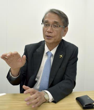 開発中の旅客機「MRJ」についてインタビューに答える三菱航空機の水谷久和社長=17日、英ファンボロー(共同)