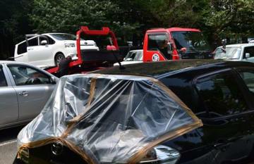 リアガラスが割られ、ビニールシートを掛けられた車=17日、千葉市緑区の国立病院機構下総精神医療センター