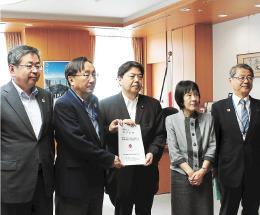 林文科相(中央)に要望書を手渡す三村知事(左から2人目)ら