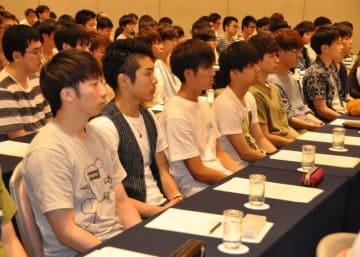 いわて半導体アカデミーの開講記念式典に出席する学生ら