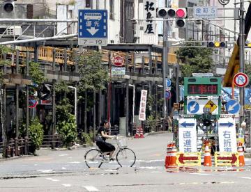 午前中から37度を超える猛暑となった岐阜市内で立ち上るかげろう=18日午前