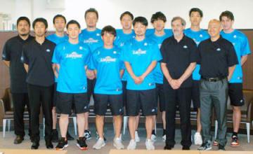 新チームの発足会見に出席したレイクスの選手とコーチ陣(大津市・レイクス事務所)