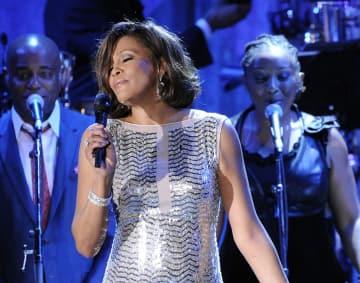 米カリフォルニア州のイベントで歌うホイットニー・ヒューストンさん=2011年2月(AP=共同)