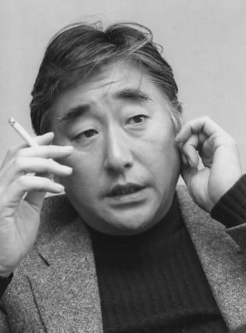 1979年12月インタビューを受ける浅利慶太さん=参宮橋(当時)の劇団四季にて