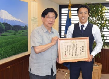 静岡県の川勝平太知事(左)を表敬訪問し、知事顕彰を授与されたサッカー日本代表の長谷部誠選手=18日午後、静岡県庁
