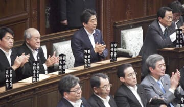 衆院本会議で参院定数を6増やす改正公選法が可決、成立し、拍手する安倍首相(奥中央)ら=18日午後